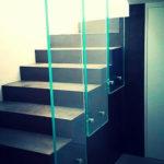 parapetto in vetro a fasce verticali dona luce e profondità alla scala