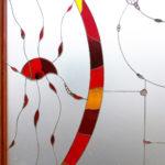 Vetrata artistica dai colori vivaci con particolari di vetro di murano dona colore all'ambiente circostante