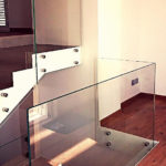 Balaustra di una scala in vetro temperato
