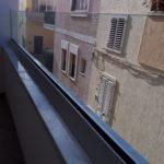 Ringhiera di un balcone in vetro stratificato